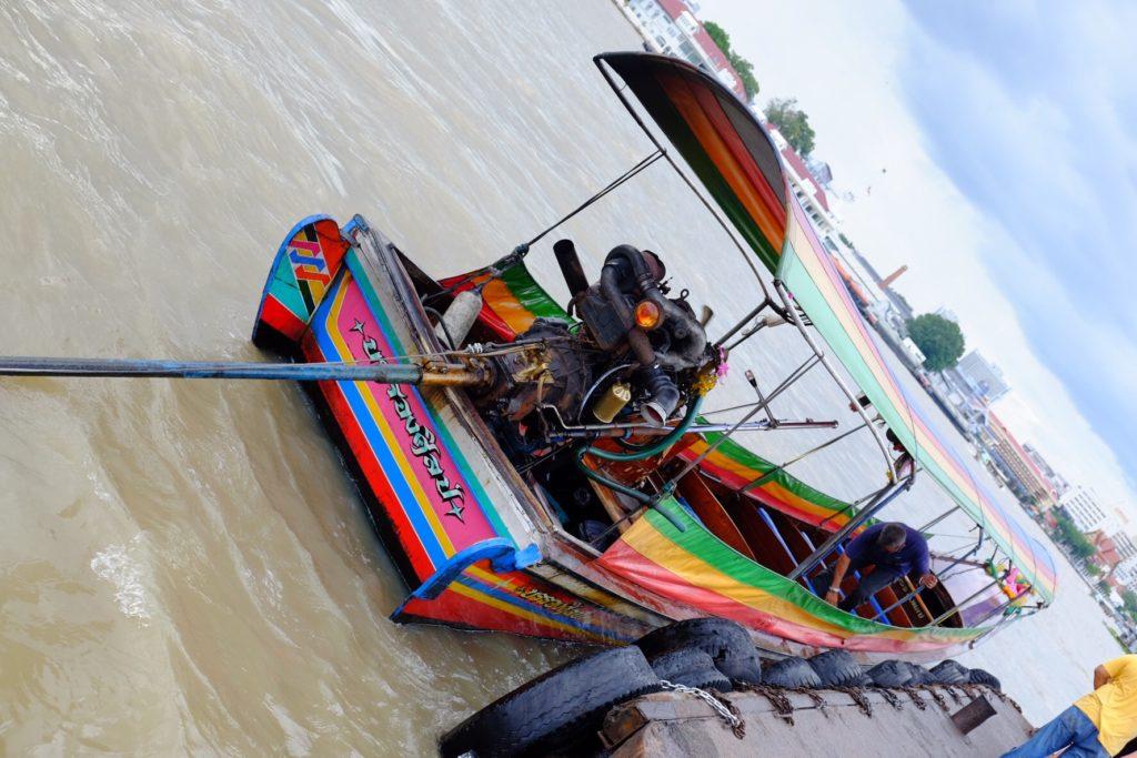 Velice thajská dlouho-ocasá loď (long-tail boat). Výhoda pro motor - nepřijde tolik do vlhka. Nevýhoda pro všechny okolo - řve a smrdí