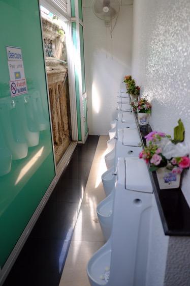 Chrámové WC - vkusná dekorace vpravo, kus chrámu vlevo