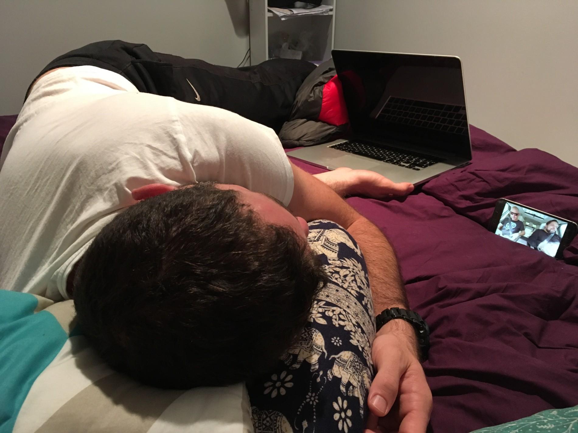 je to správněj ajťák. Má puštěný video na mobilu, ve skutečnosti spí, ale jednou rukou si u toho drží svůj počítač :D