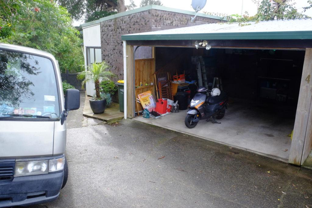 Akorát Emil se nám nevejde do garáže. Aspoň je tam víc místa pro skútřík