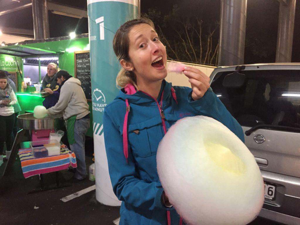 cukrová vata na večerním trhu